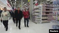 El presidente de Venezuela, Hugo Chávez, recorre unos de sus supermercados bicentenarios en Caracas.
