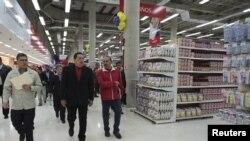 El presidente de Venezuela, Hugo Chávez, recorre unos de sus supermercados bicentenarios en Caracas. La cadena inició luego de que el mandatario ordenó la expropiación de los mercados al grupo de almacenes Éxito, de Colombia.