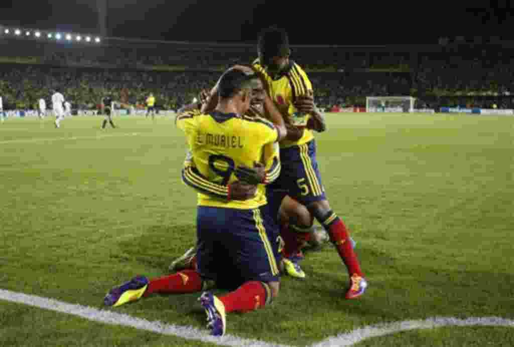 José Valencia de Colombia celebra con sus compañeros después de anotar un gol en el Mundial Sub-20, en un partido de fútbol contra Malí en Bogotá, Colombia.
