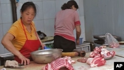 北京农贸市场上,中国猪肉价格猛涨(资料照片)