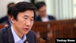 윤병세 한국 외교장관이 18일 국회 외교통일위 전체회의에서 의원들의 질의에 답하고 있다.