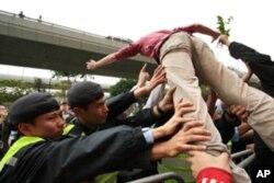 示威人士踏上铁栅栏, 试图冲破警方封锁