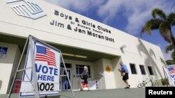 15일 미국 플로리다주 디어필드비치에 마련된 대선 예비선거 투표소에 유권자들이 들어가고 있다.