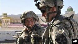 지난 3월 아프가니스탄에서 일어난 총기난사 사건의 용의자인 미 육군 소속 로버트 베일즈 하사(왼쪽).