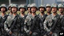 中國人民解放軍駐香港部隊士兵呼喊口號接受中國國家主席習近平在香港石崗營地的檢閱。(2017年6月30日)