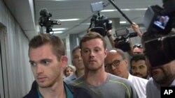 Gunnar Bentz e Jack Conger deixando a estação da polícia no aeroporto