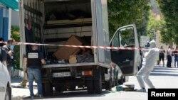El camión del ataque es revisado por investigadores forenses en busca de pistas.