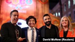 """En la foto se ve al director Lee Unkrich, a Anthony González, quien hace la voz de Miguel, al codirector y guionista Adrián Molina y a la productora Darla K. Anderson, que asisten a la premiere estadounidense de """"Coco"""", un filme de Disney-Pixar en Hollywo"""