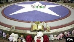 En Hemphill, Texas, se ven flores y otros articulos al rededor de una gran estrella, en memoria de los siete astronautas que perdieron sus vidas en febrero de 2003 cuando el Columbia se estalló.