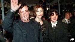 Aktor laga Sylvester Stallone (kiri) bersama puteranya, Sage Stallone (foto: dok). Sage Stallone ditemukan tewas di rumahnya, Jumat (13/7).