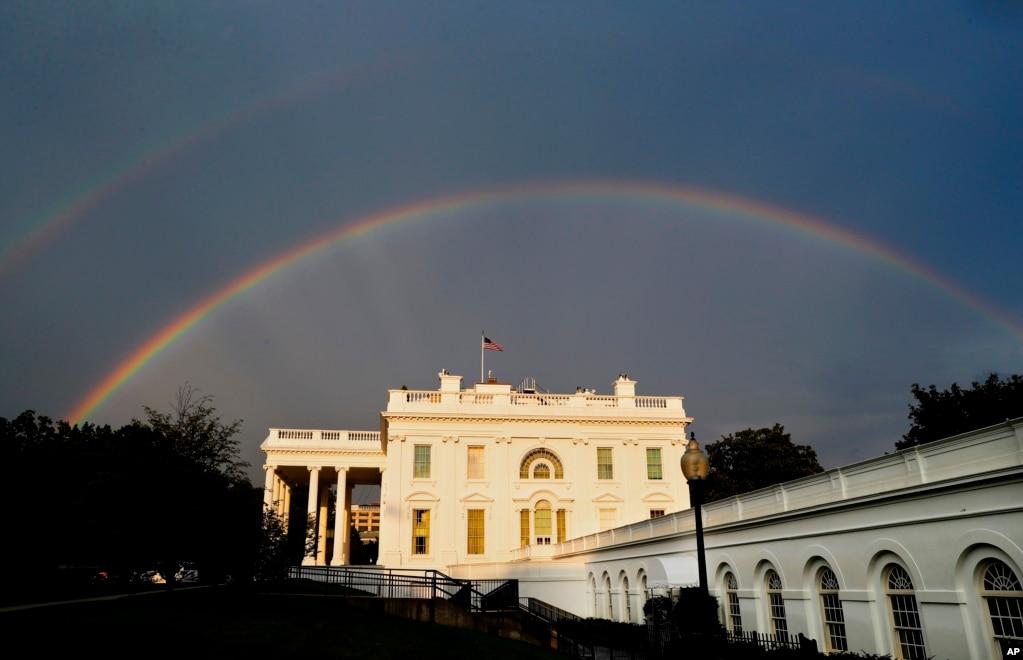 在华盛顿特区的一场暴雨期间,白宫上空出现了双彩虹。(2017年8月3日)