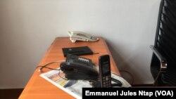 Les combinés téléphoniques du numéro vert pour dénoncer les actes de corruption à Yaoundé, le 5 mai 2018. (VOA/Emmanuel Jules Ntap)