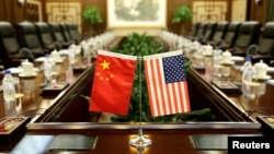美国农业部长桑尼·珀杜和中国农业部长韩长赋2017年6月30日在中国农业部开会前的会议室(路透社资料照)
