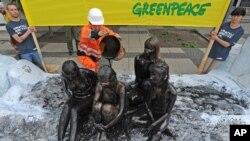 Aktivista Grinpisa obučen kao naftni radnik sa još nekoliko drugih aktivista protestuje zbog naftnog istraživanja u vodama Arktika.