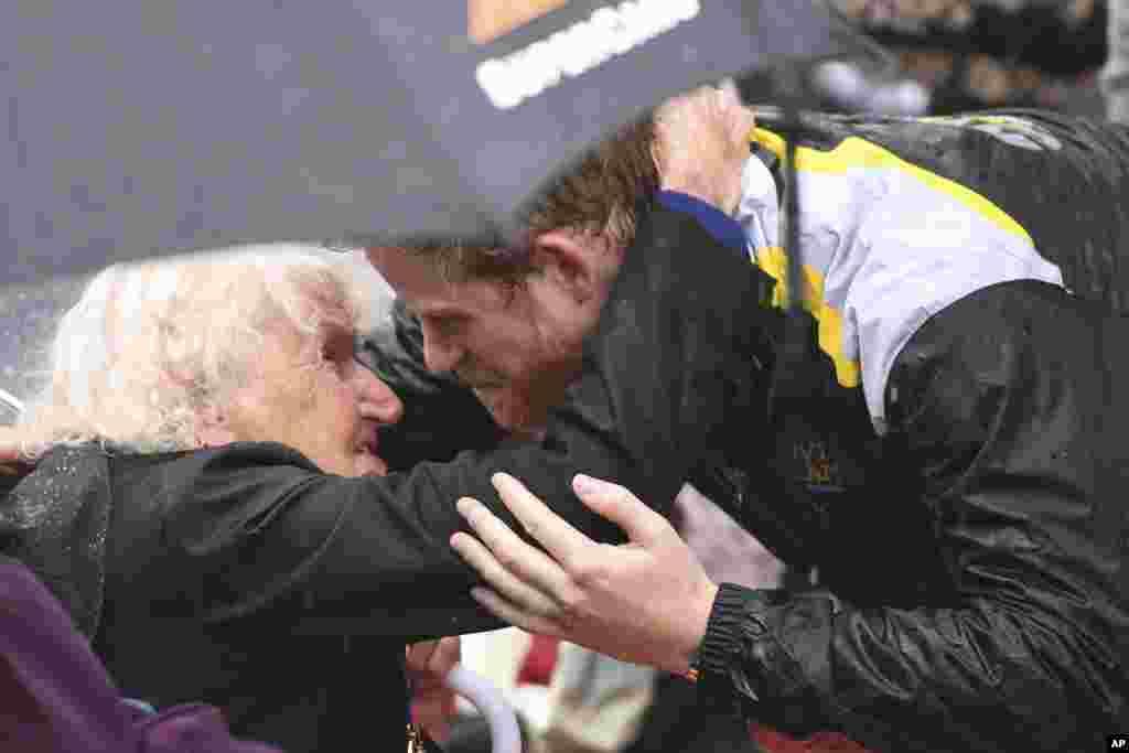در آغوش گرفتن یک زن ۹۷ ساله توسط پرنس هری در دیدارش از سیدنی استرالیا.