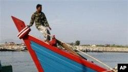 Seorang nelayan berdiri di perahunya di pelabuhan Lampulo, Banda Aceh. LSM mengatakan konservasi perairan di Aceh perlu ditingkatkan demi kesejahteraan warga pesisir, termasuk nelayan.