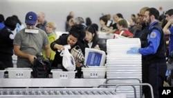 飛機乘客在美國各大機場排隊接受安檢(資料圖片)