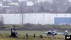 프랑스 언론사 테러공격 용의자들이 9일 파리 북부 다마르탱 마을에서 인질을 붙잡고 경찰과 대치 중인 가운데, 경찰과 육군 헬리콥터가 현장 주변에 대기하고 있다.