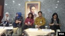 Kepala Pusat Penelitian Vivi Setiawaty (kiri), Direktur Pengendalian Penyakit Menular Kemenkes Windra Woworuntu (kedua dari kiri), bersama pejabat rumah sakit di Jakarta saat konferensi pers di kantor Kemenkes, Jakarta, Jumat (31/1). (Foto: VOA/Sasmito)