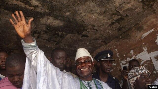 Shugaba Ernest Bai Koroma yake daga hanu ga magoya bayansa a Freetown.