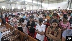 Para napi mendengarkan pidato dari kepala penjara Zaw Win di aula penjara Insein, Rangun, sebelum dibebaskan (Foto: dok). Pemerintah Burma baru-baru ini membebaskan 46 tahanan dari penjara.