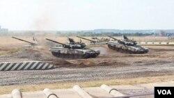 今年俄罗斯武器出口展上的坦克,大批俄军坦克参加正在举行的远东军演。(美国之音白桦拍摄)
