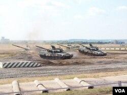 今年俄羅斯武器出口展上的坦克,大批俄軍坦克參加正在舉行的遠東軍演。 (美國之音白樺拍攝)