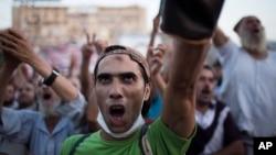 12일 이집트 라바 알 아다위야 사원의 무르시 지지 농성장에서, 시위대가 군부에 반대하는 구호를 외치고 있다.