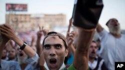 埃及被推翻的总统穆尔西的支持者8月12日在阿比亚清真寺外举行抗议