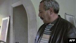 Tunisli vətəndaş devrilmiş prezidentin ailəsinə məxsus sarayda lampanı nəzərdən keçirir