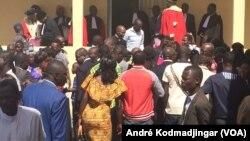 Devant la salle d'audience de N'Djamena, au Tchad, le 11 janvier 2018. (VOA/André Kodmadjingar )