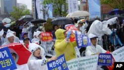2010년 북한자유주간 행사의 일환으로 서울역에서 열린 '북한자유주간 국민집회'에서 참가자들이 북한 주민의 자유와 인권 보장을 촉구하는 구호를 외치고 있다.