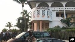 Un soldado monta guardia frente a uno de los hoteles atacados en Grand Bassam, Costa de Marfil, el domingo, 13 de marzo de 2016.