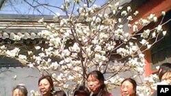 前中共總書記趙紫陽的女兒王雁南(左二)4月4日與到趙家祭拜趙紫陽的訪民合影
