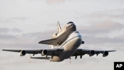 发现号航天飞机4月17日由一架波音747飞机从佛罗里达肯尼迪航天中心起飞,载往华盛顿