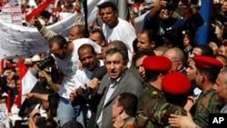 3월 4일(금) 이집트의 수도 카이로의 '타흐리르 광장'에서 연설을 행한 이집트의 새 총리 지명자 에삼 샤라프 총리 지명자가 지지자로 둘러싸여 있다.