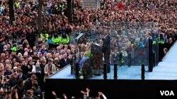 Presiden AS Barack Obama saat berpidato di hadapan ribuan pengagumnya di Dublin, Irlandia (23/5).