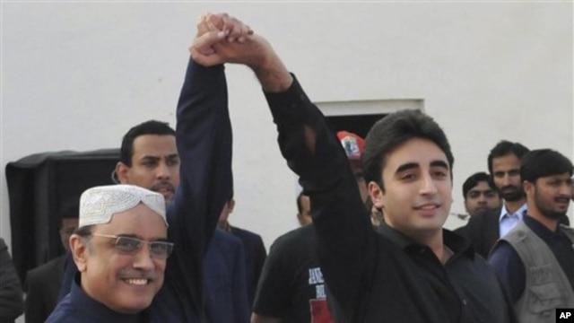 Presiden Pakistan Asif Ali Zardari (kiri) mendampingi  putranya, Bilawal Bhutto Zardari, saat meluncurkan karir politik di Garhi Khuda Baksh, Larkana, Pakistan, Kamis (27/12)