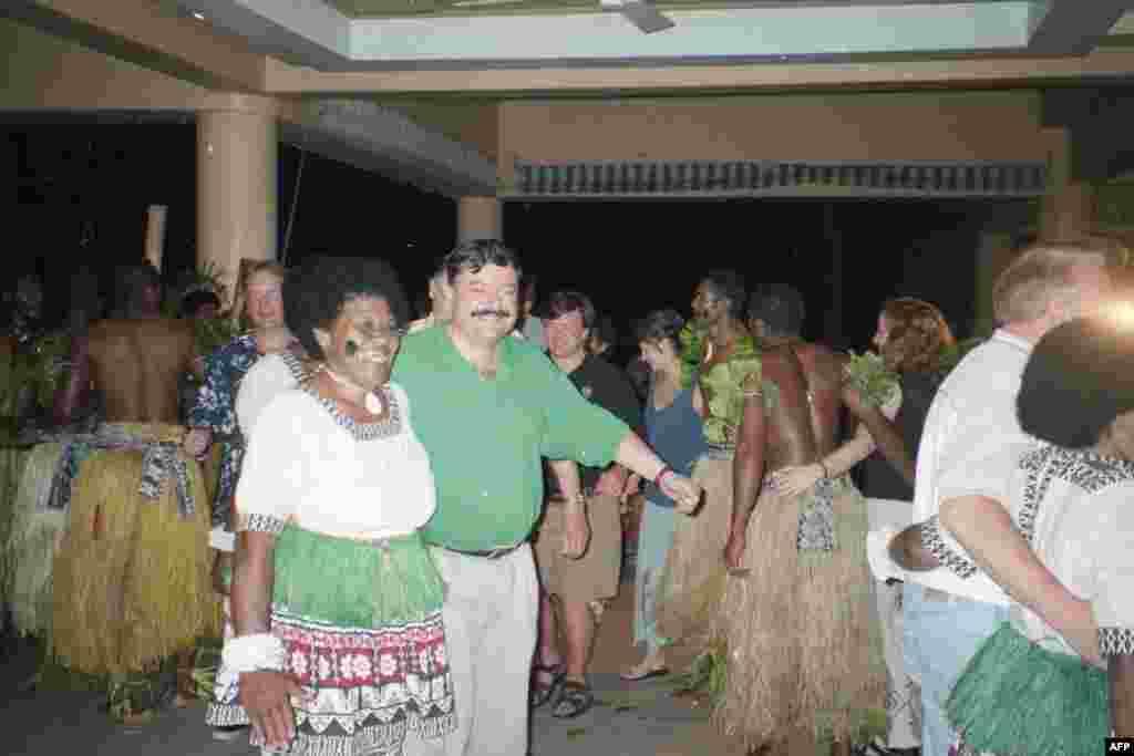 Муса Манаров празднует свой 50летний юбилей в компании с местными фиджийками