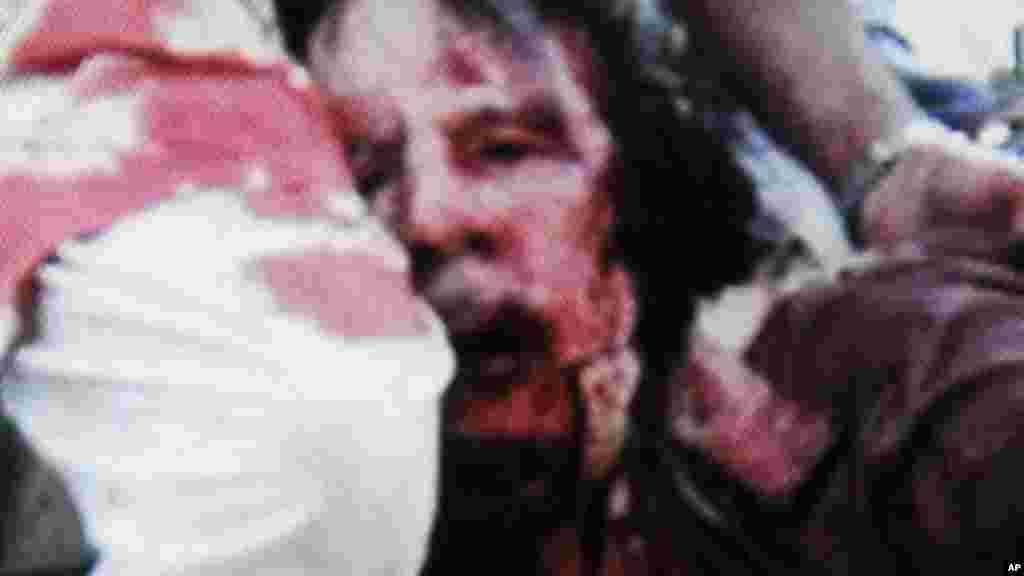 Mouammar Kadhafi, abattu après avoir capturé à Syrte, dans le nord de la Libye, 20 octobre 2011.