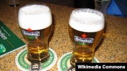 Bir produksi Heineken, yang memiliki mayoritas saham PT Multi Bintang Indonesia Tbk, produsen Bir Bintang.