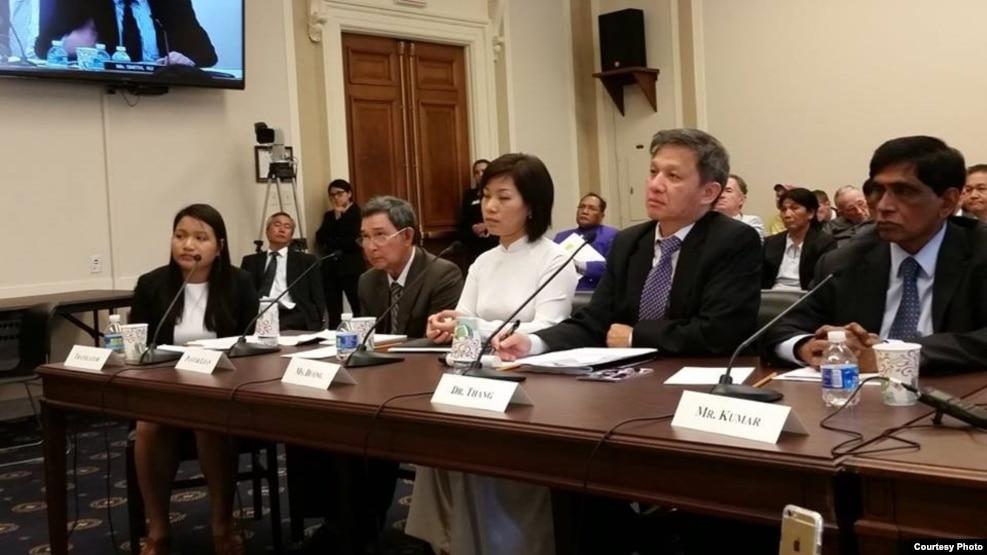 Tiến sĩ Nguyễn Đình Thắng (thứ 2 bìa phải), một trong những nhà hoạt động trong 6 năm qua đã tích cực vận động cho dự luật nhân quyền được Quốc hội Mỹ thông qua.