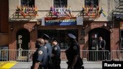 """Полицейский патруль в районе бара """"Стоунволл"""""""
