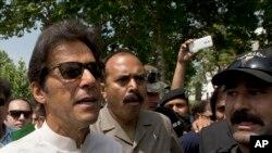 عمران خان سپریم کورٹ جاتے ہوئے