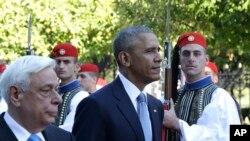 Le président américain Barack Obama et son homologue grec Prokopis Pavlopoulos passent la garde présidentielle en revue à Athènes, 15 novembre 2016.