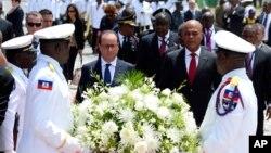 ប្រធានាធិបតីបារាំង Francois Hollande និងប្រធានាធិបតីហៃទី Michel Martelly ដាក់កម្រងផ្កានៅរូបសំណាក់ Toussaint Louverture កាលពីថ្ងៃអង្គារ ទី១២ ខែឧសភា ឆ្នាំ២០១៥ នៅក្រុង Port-au-Prince ប្រទេសហៃទី។
