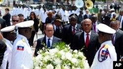 Presiden Perancis Francois Hollande dan Presiden Haiti Michel Martelly meletakkan karangan bunga di patung Toussaint Louverture, di Port-au-Prince, Haiti (12/5).