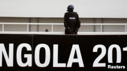 Un policier angolais sur le stade de Ombaka lors de la demi-finale à Benguela, le 28 janvier 2010.