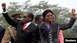 Zimbabwean President Robert Mugabe and his wife Grace. (File Photo)