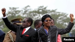 Zimbabwean President Robert Mugabe and his wife Grace wave to supporters and guests during celebrations to mark his 90th birthday, Marondera,Feb. 23,2014.